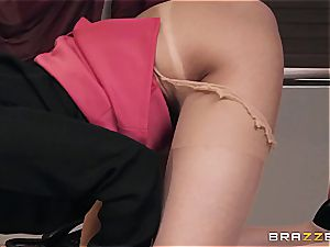 smashing super hot Ariana's donk on the office desk