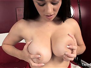 Taylor Vixen plays with her pussy