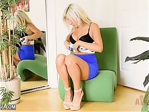Xandra Sixx loves to have fun all day