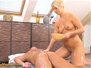 obese culo Lilith Lee gives slimy massage