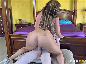 Mature hotties Phoenix Marie and Julia Ann railing shaft