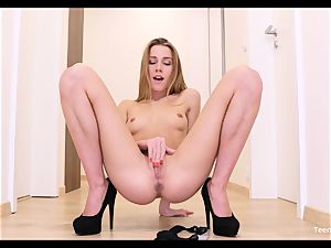 unexperienced nubile Alexis Crystal Solo Finger cunt