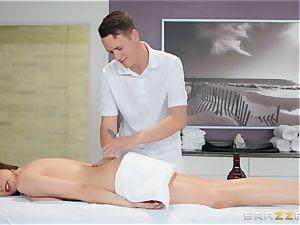 Ariella Ferrera has a steamy massage planned