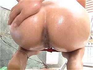 OPERACION LIMPIEZA - steamy maid flashes off her smash skills